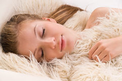 Sova den blonda kvinnan fotografering för bildbyråer