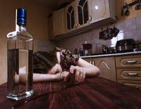Sova den drack kvinnan med inverterat exponeringsglas i hand Royaltyfri Foto