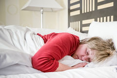 Sova den mogna kvinnan Fotografering för Bildbyråer