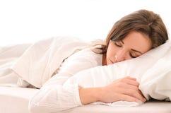 Sova den unga kvinnan i vit royaltyfri fotografi