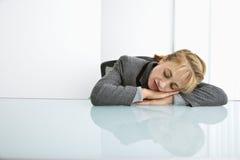 sova för affärskvinna Arkivbild