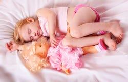 sova för dockaflicka Royaltyfri Fotografi