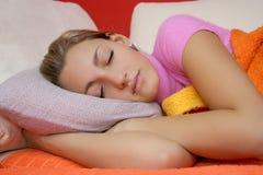 sova för flicka som är teen Arkivfoto