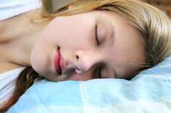 sova för flicka som är tonårs- Arkivfoto