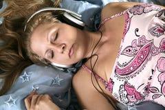 sova för flickaheadphone Arkivbild