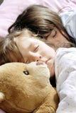sova för flickor som är litet Royaltyfri Fotografi