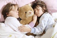 sova för flickor som är litet Arkivbilder