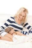 sova för moder för flicka lyckligt Fotografering för Bildbyråer