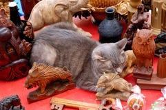 sova för objekt för antik dekor för katt gullig roligt grått royaltyfria foton