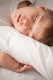 sova för stående för pojke charmigt royaltyfri bild