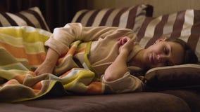 Sova för ung dam stock video