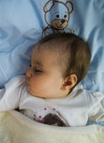 Sova flicka i säng med nallebjörnen Royaltyfri Foto