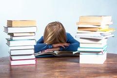 Sova flickan med boken på vit bakgrund Arkivbilder