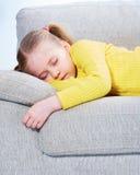 Sova flickan på soffan Royaltyfria Bilder