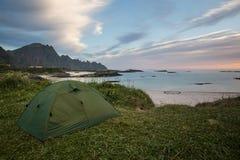 Sova i ett tält vid havet Royaltyfri Fotografi