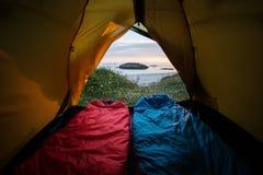 Sova i ett tält vid havet Royaltyfri Foto