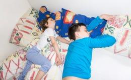 Sova kopplar av barn att vila pojkar vilar royaltyfri foto