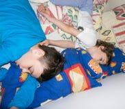 Sova kopplar av barn att vila pojkebröder Royaltyfri Bild
