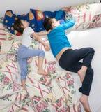 Sova kopplar av barn att vila pojkebröder Royaltyfria Bilder