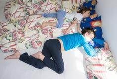 Sova kopplar av barn att vila pojkebröder Arkivfoton