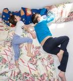 Sova kopplar av barn att vila pojkebroderfamiljen Arkivfoto