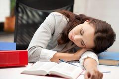 sova kvinna för bok Royaltyfri Bild