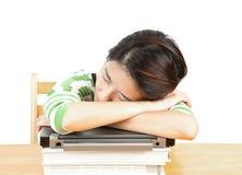 sova kvinna för bok Arkivbild