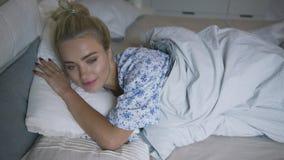 sova kvinna för härligt underlag stock video