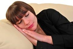 sova kvinna för soffa Royaltyfri Fotografi