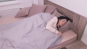 sova kvinna för underlag arkivfilmer