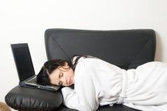 sova kvinna för bärbar dator Arkivfoto