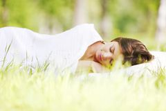 sova kvinna för gräs Royaltyfri Fotografi