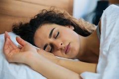 sova kvinnabarn för härligt underlag royaltyfri foto