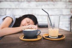 Sova kvinnan bak kaffedrinken Fotografering för Bildbyråer