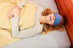Sova kvinnan som i blindo bär sömnmaskeringen Royaltyfri Bild