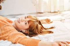 Sova kvinnan som lyckligt lyssnar till musik arkivfoton