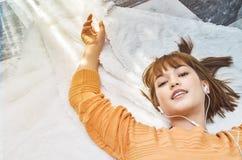 Sova kvinnan som lyckligt lyssnar till musik royaltyfri foto