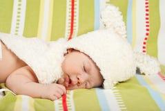 Att sova lite behandla som ett barn med kaninlocket Royaltyfri Fotografi