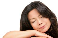 Sova mogen medelåldrig asiatisk kvinna Fotografering för Bildbyråer