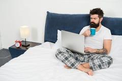Sova p? arbetsplatsen sovande och vaket energi och tr?tthet Aff?rsman med datoren skäggigt manhipsterarbete arkivfoto