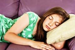 sova som är teen Fotografering för Bildbyråer