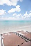 Sova stolar på havssida med himmel Arkivbilder