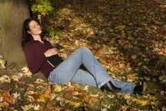 sova tree under kvinna royaltyfri foto