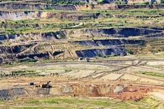 Sova väggyttersidaminen med utsatta kulöra mineraler och brunt kol, sikt från över Arkivfoto