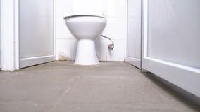 Sovalkov för offentlig toalett Kameran flyttar sig slätt underifrån mellan de vita kabinerna av toaletten lager videofilmer