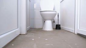 Sovalkov för offentlig toalett Kameran flyttar sig slätt underifrån mellan de vita kabinerna av toaletten arkivfilmer