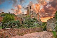 Sovana, Grosseto, Toscanië, Italië: de oude vesting Rocca Ald stock afbeeldingen