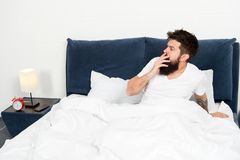 sovande och vaket sk?ggig manhipsters?mn i morgon mogen man med sk?gget i pajama p? s?ng brutal s?mnig man in arkivfoton