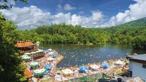 Sovata, Rumania - 5 de agosto de 2018: Centro turístico de montaña con el lago heliothermal Ursu en Sovata, Transilvania, Rumania Foto de archivo libre de regalías