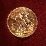 Sovereign 1931 do ouro no fundo vermelho fotos de stock royalty free